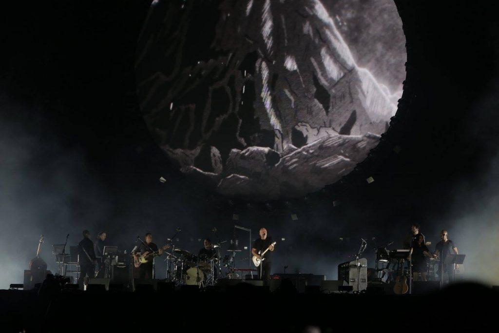 O palco do Show do David Gilmour possui muita iluminação que possui vários efeitos, principalmente com as luzes que ficam ao redor do círculo atrás dele. Inesquecível! - Foto: Mercury Concerts
