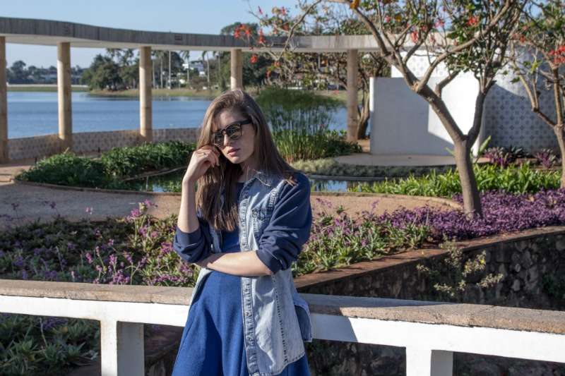 look-do-dia-jaqueta-com-moletom-vestido-azul-meia-calça-óculos-redondo-bota-solado-tratoradoana-12