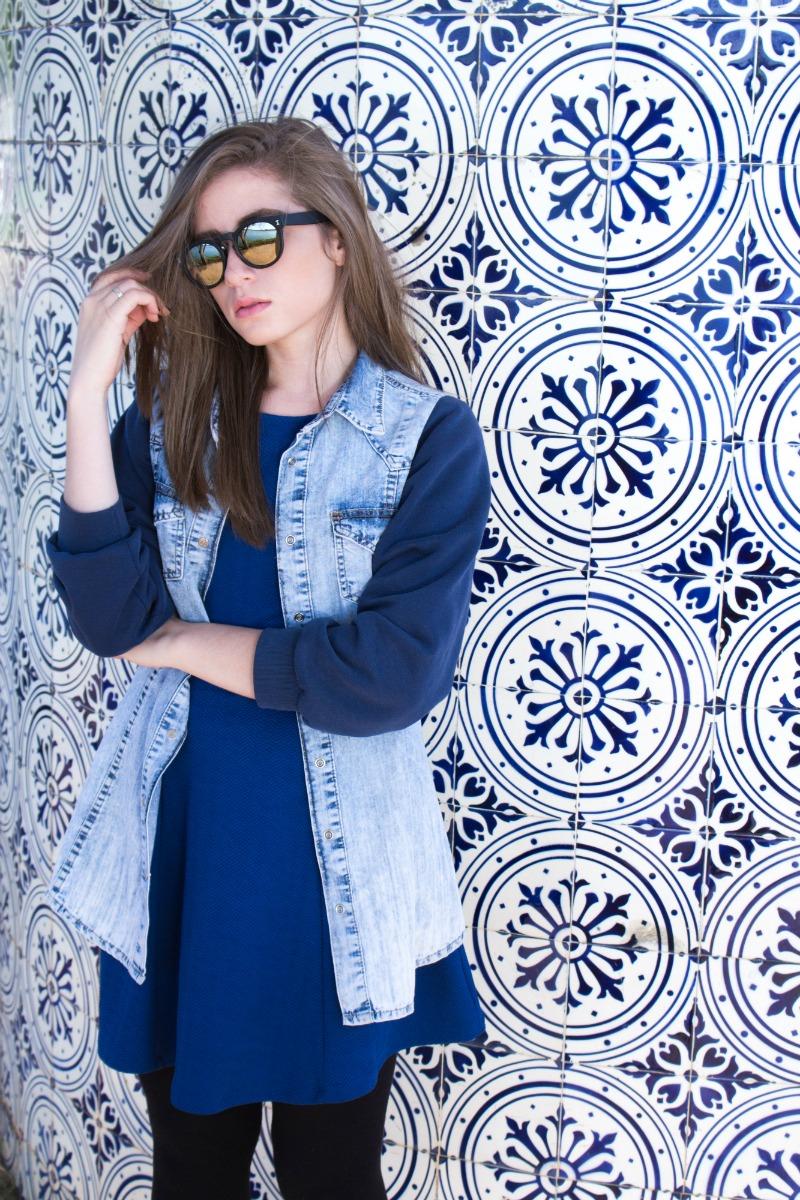 look-do-dia-jaqueta-com-moletom-vestido-azul-meia-calça-óculos-redondo-bota-solado-tratorado