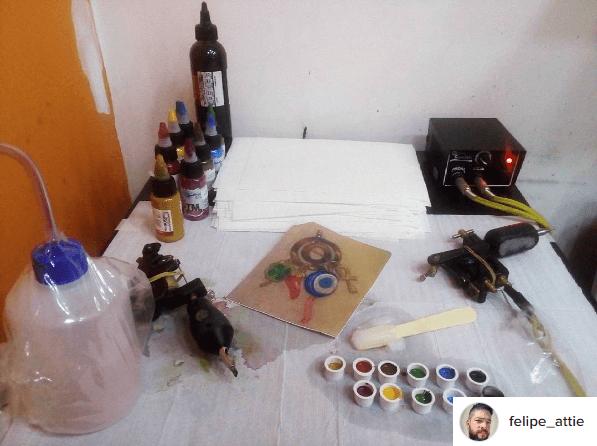 Cuidados com a tatuagem Materiais de trabalho do tatuador Felipe Attie no Rio de Janeiro FOTO: Reprodução
