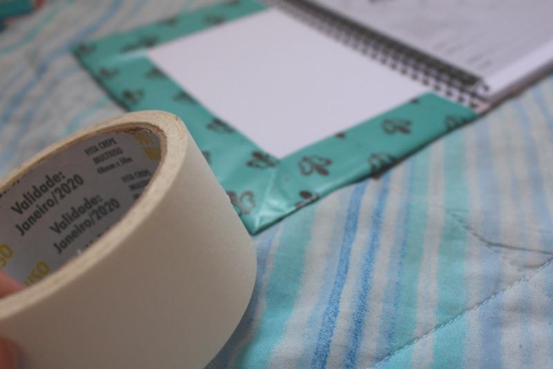 cole as pontas do papel de parede Como personalizar caderno