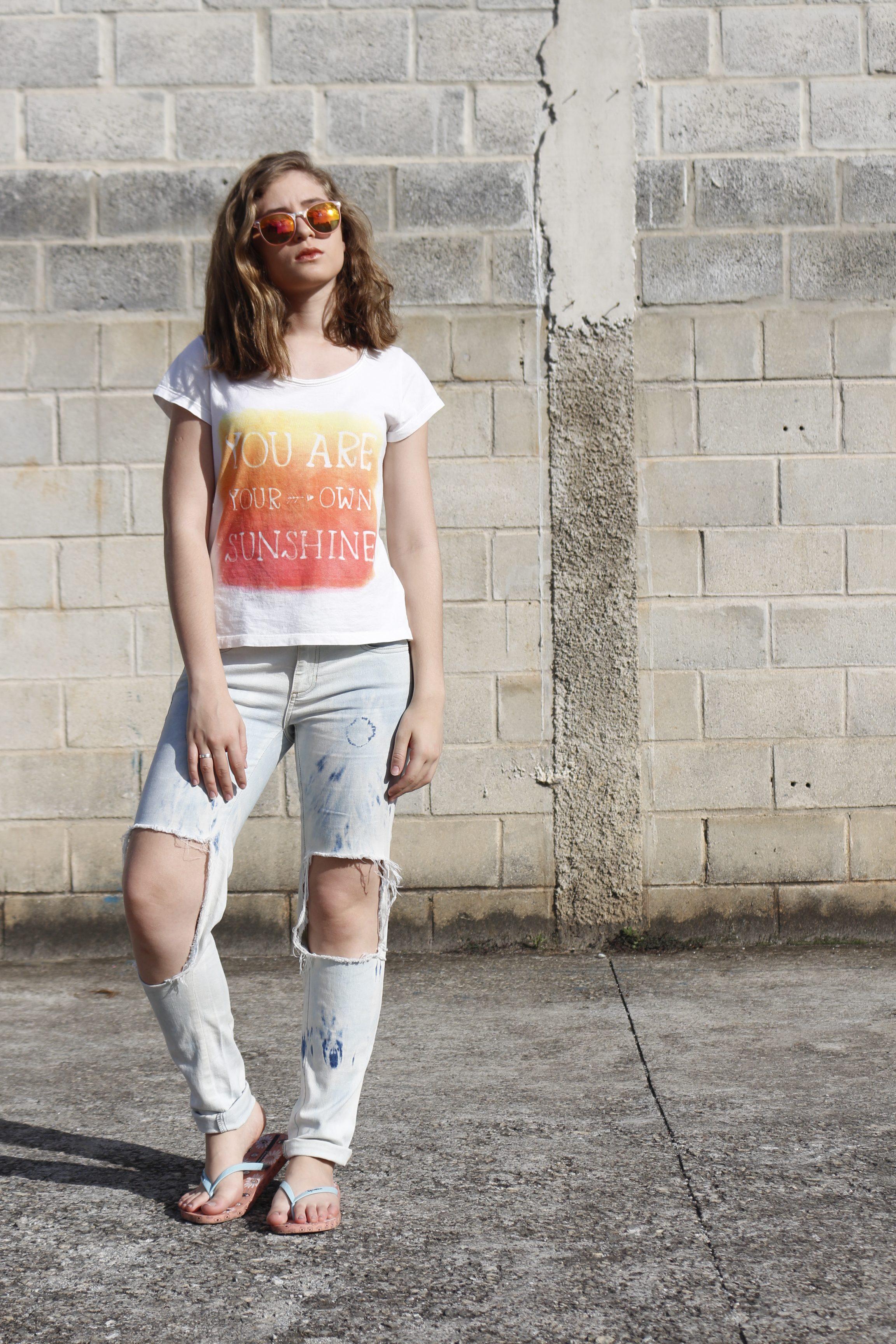 calça jeans destroyed aninha carvalho look do dia corpo todo batendo sol