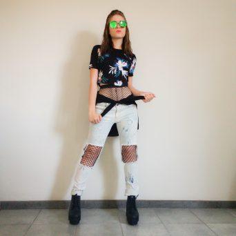 Meia Arrastão e calça jeans destroyed