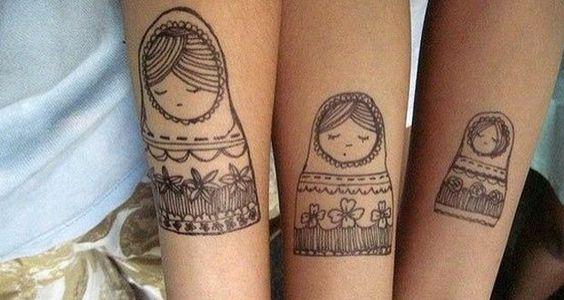 tatuagem-mãe-e-filhas-bonequinha