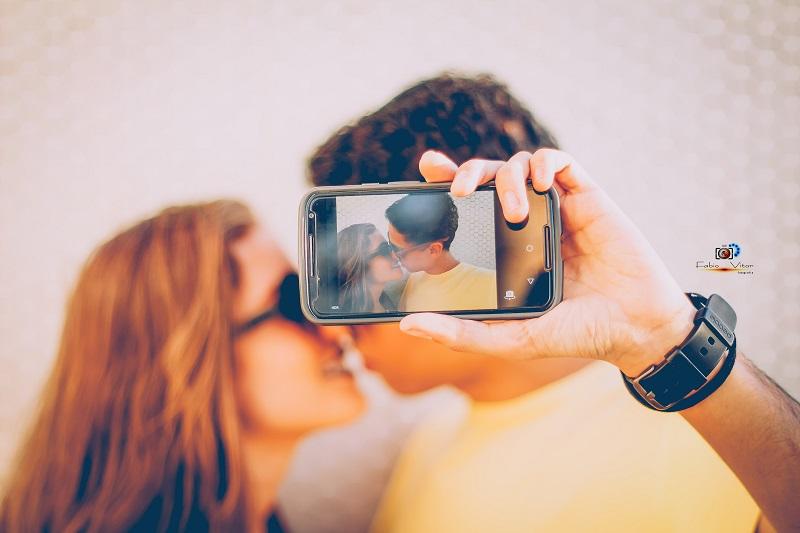 fotos com namorado sessão de fotos foto com celular na mão