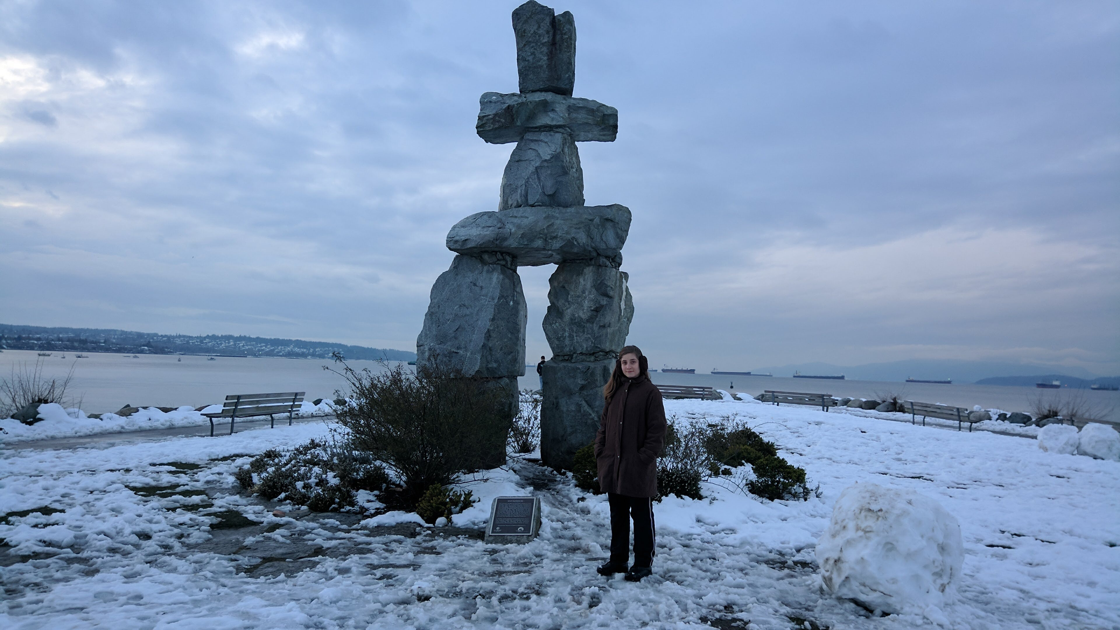 English bay vancouver praia com neve inukshuk