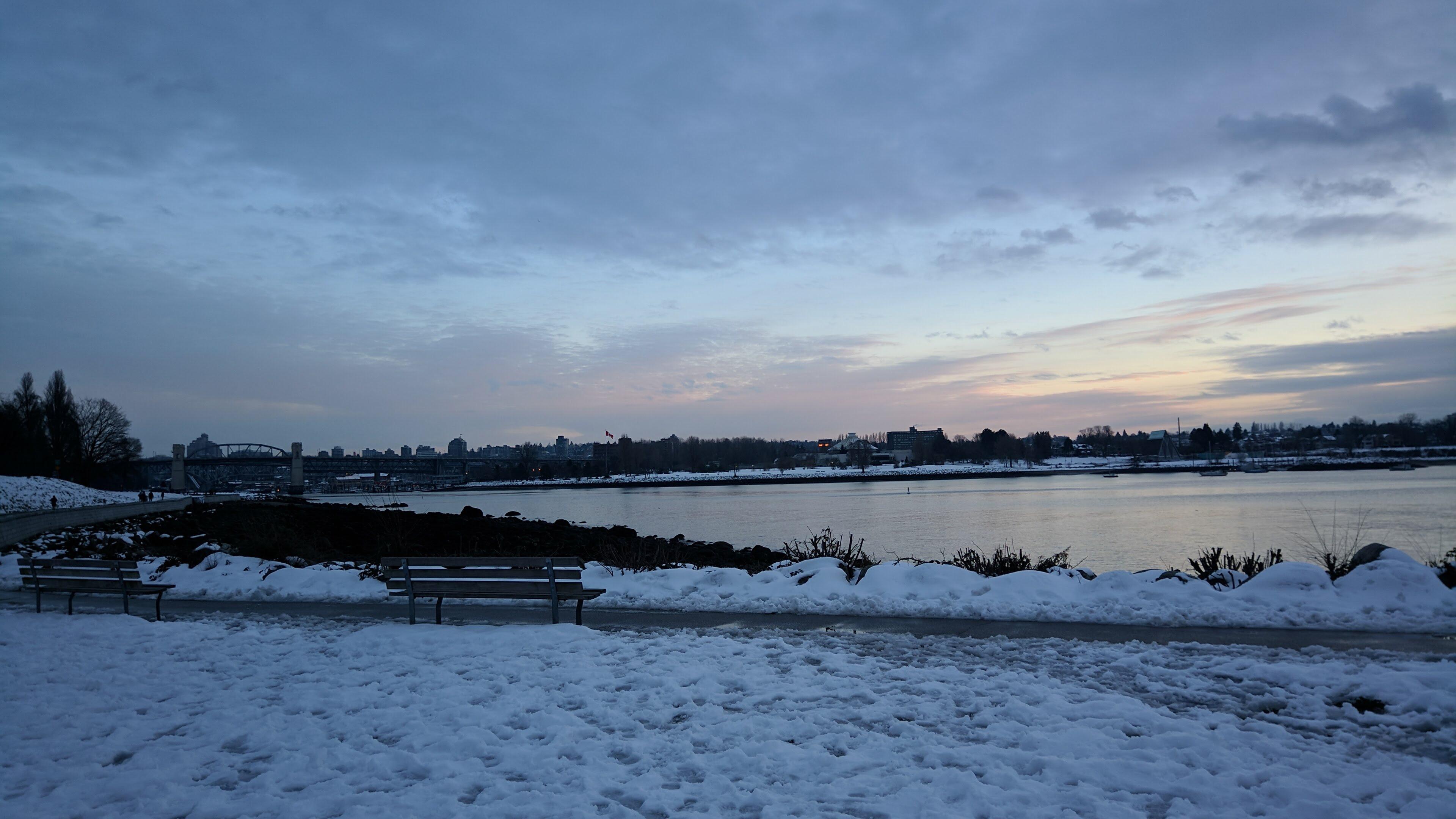 Praia com neve no inverno vancouver canada english bay