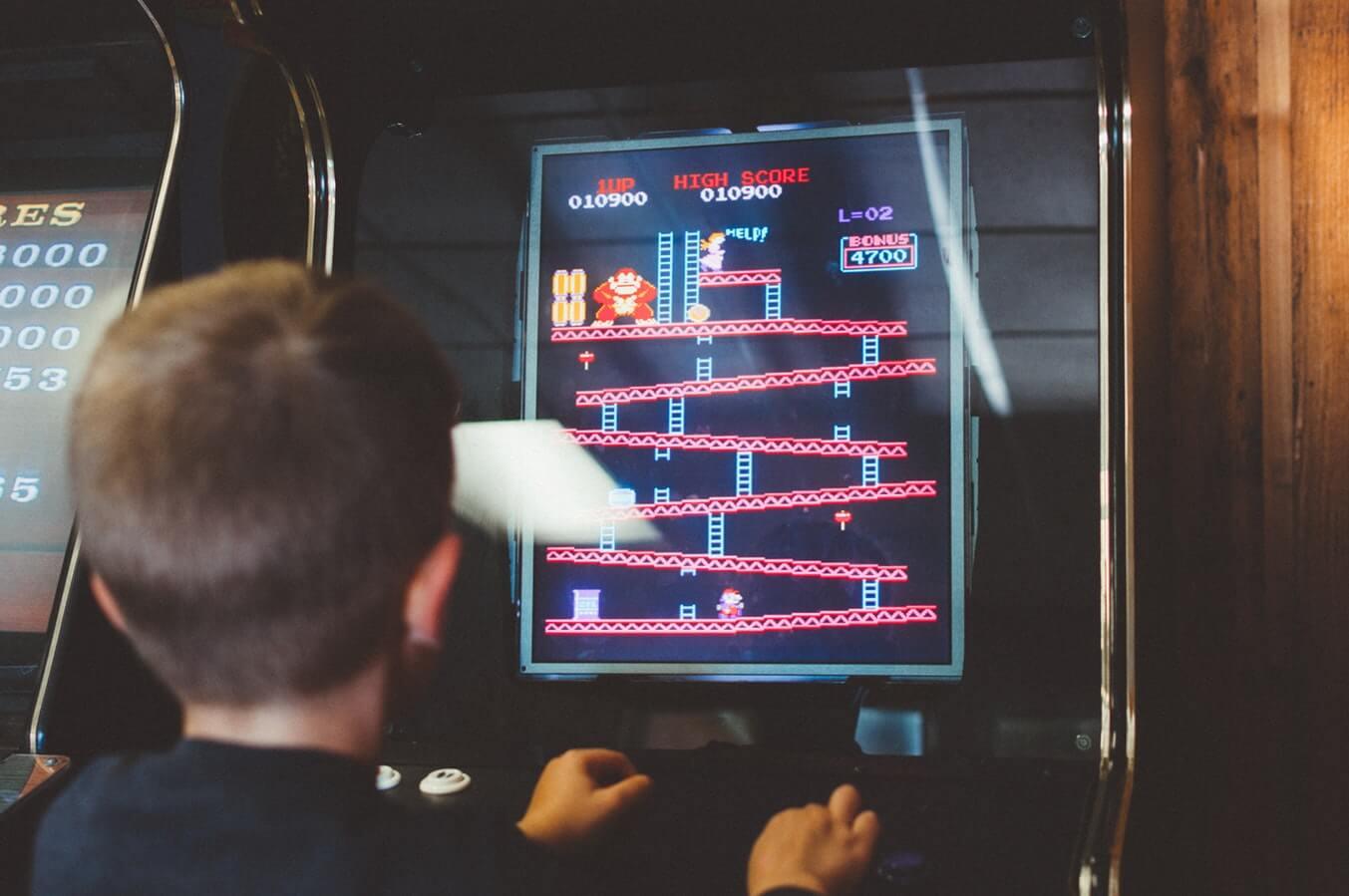 anos 90 jovem jogando videogame