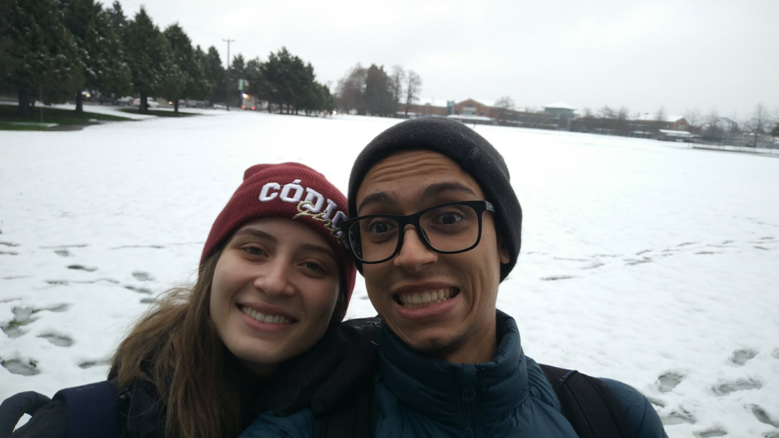 casal de namorados em frente à neve durante intercâmbio em casal